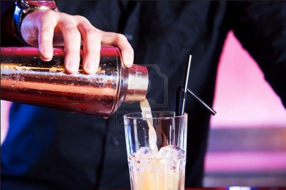 bartender-pouring-coctail